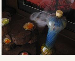 独特の形状により、不思議な煙の出方をするお香立て。耐熱ガラス製ですので、お香立て内部で煙がたゆたう様子も見ることができます