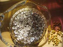 貴金属の重厚な色合いがかもし出す美しい紋様が、SendUPのお香立ての特徴です。