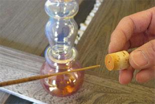 専用コルク栓には、小さな穴があいてますので、そこにお香の柄を差し込みます